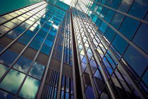 Steklena vrata lepo dopolnjujejo arhitekturo poslovnih in komercialnih stavb